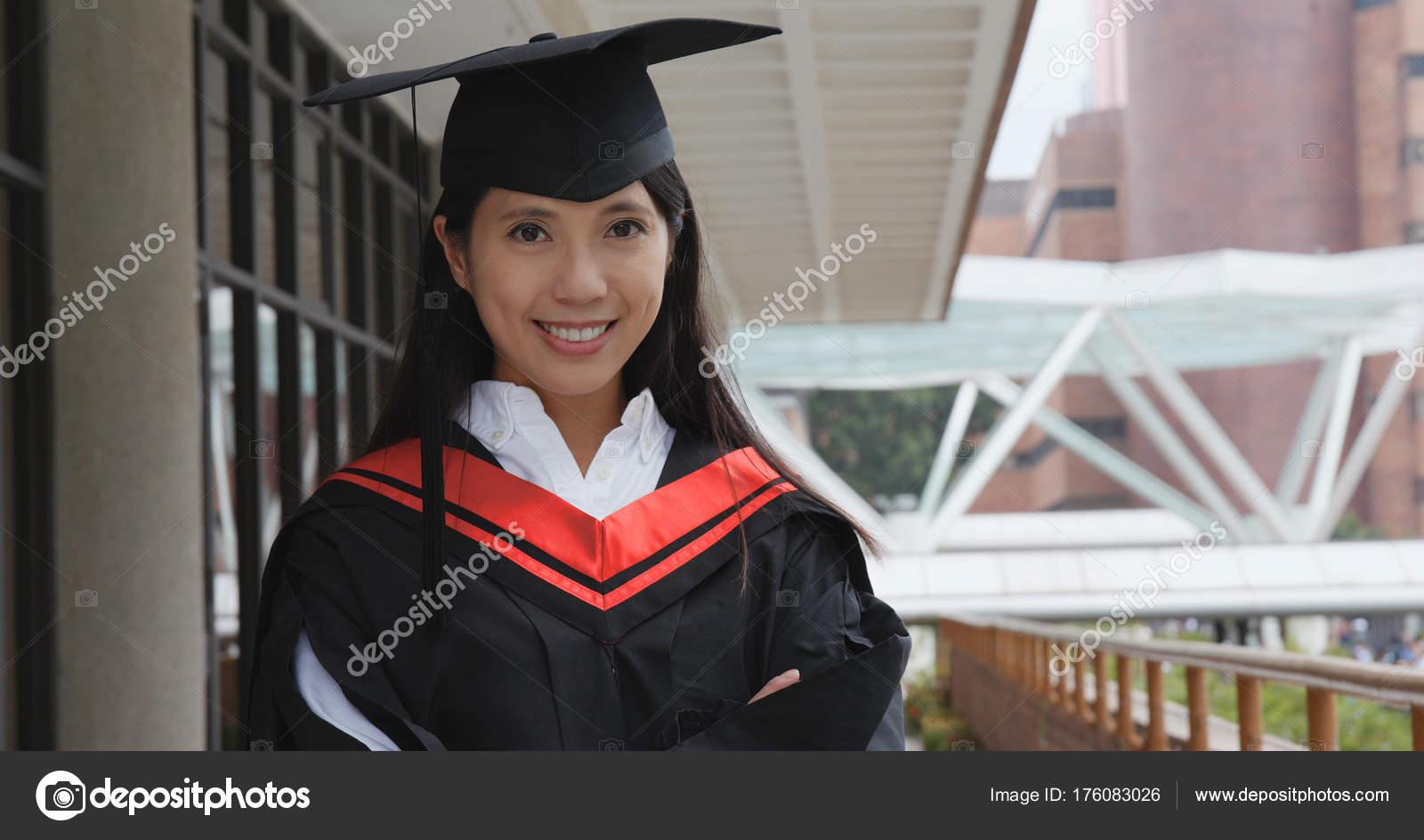 5edf900f6 Joven Obtener Graduación Campus Universidad — Foto de stock ...
