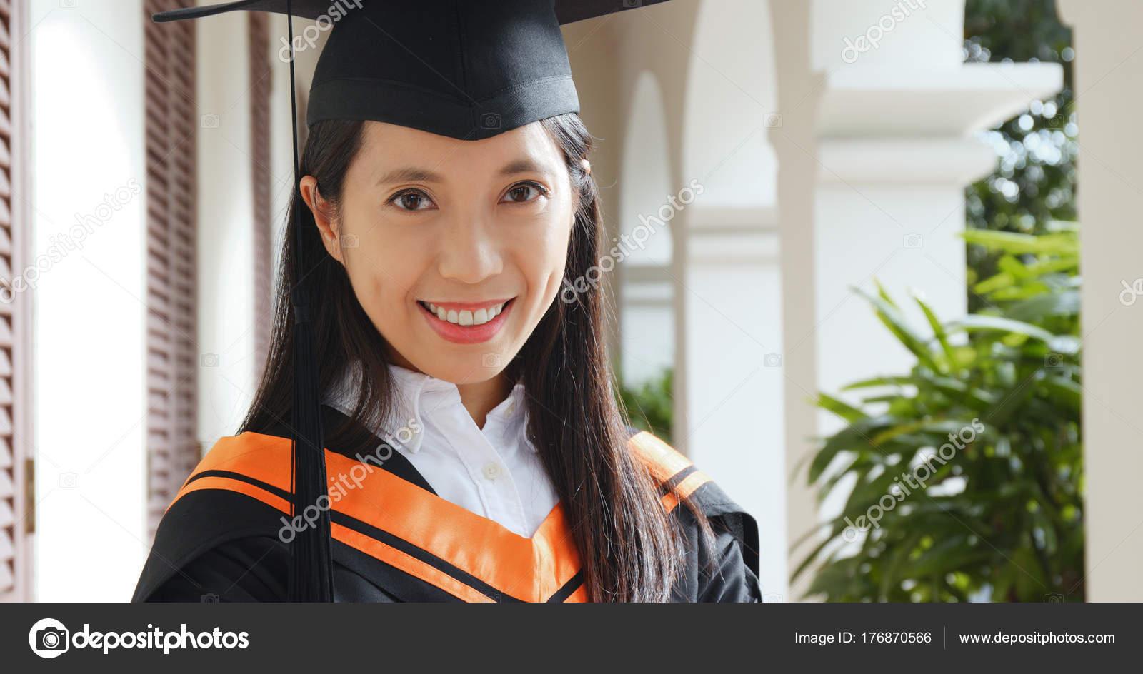 e766e7337 Joven Obtener Graduación Campus Universidad — Fotos de Stock ...