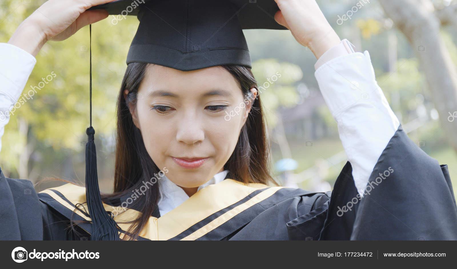4dfa010da Mujer Obtener Graduación Campus Universidad — Fotos de Stock ...