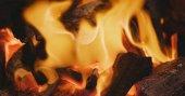 Hořící oheň a světlé uhlí