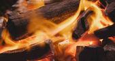 Dřevěné uhlí a plamen zblízka
