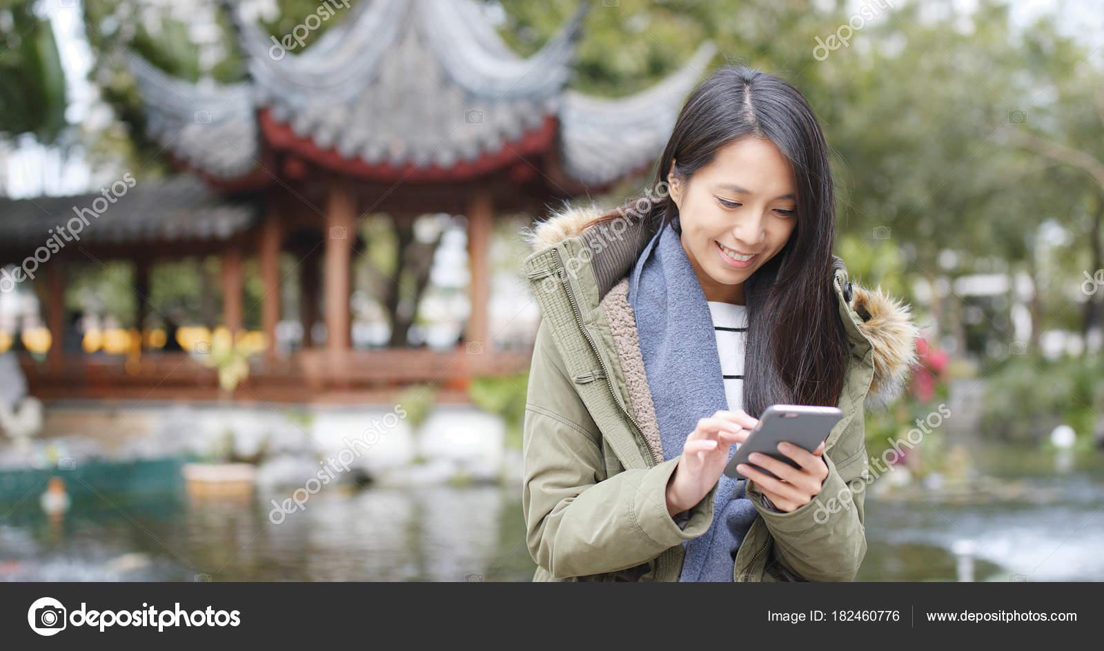 Mujer China Con Asiática Móvil Teléfono Garden Pavilion InqIarx