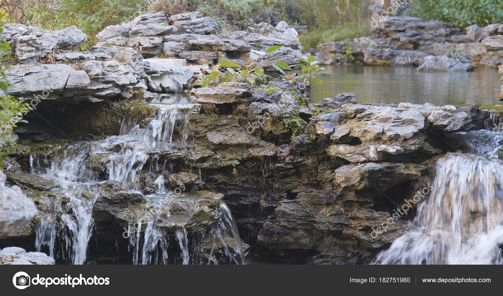 Vijver van het water tuin chinese tuin u stockfoto leungchopan