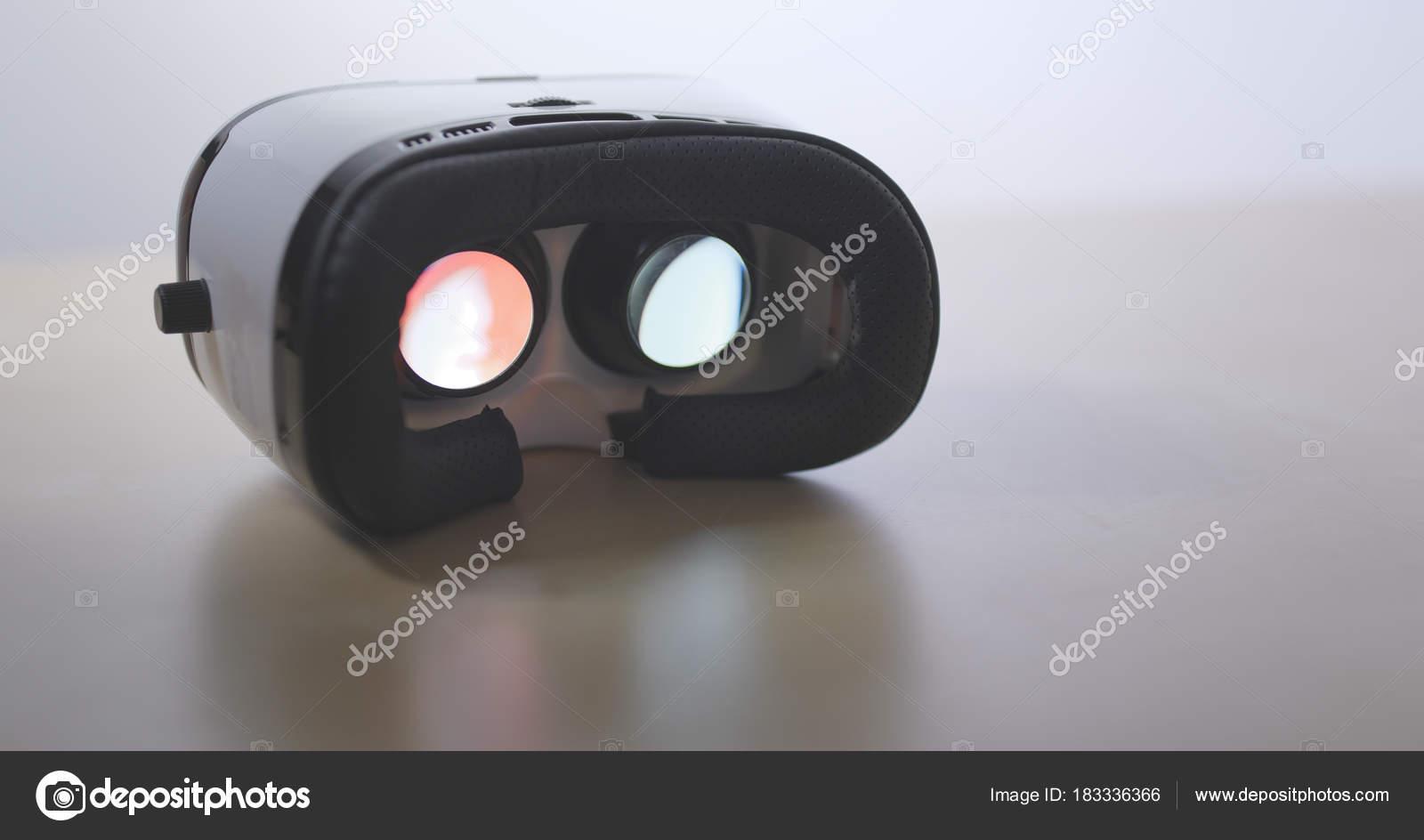 Фильм играя внутри устройства виртуальной реальности — стоковое.
