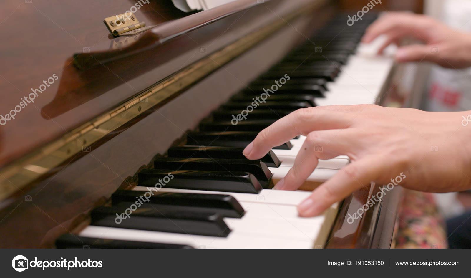 Hombre practicando piano casa fotos de stock for Casa piano cotizacion