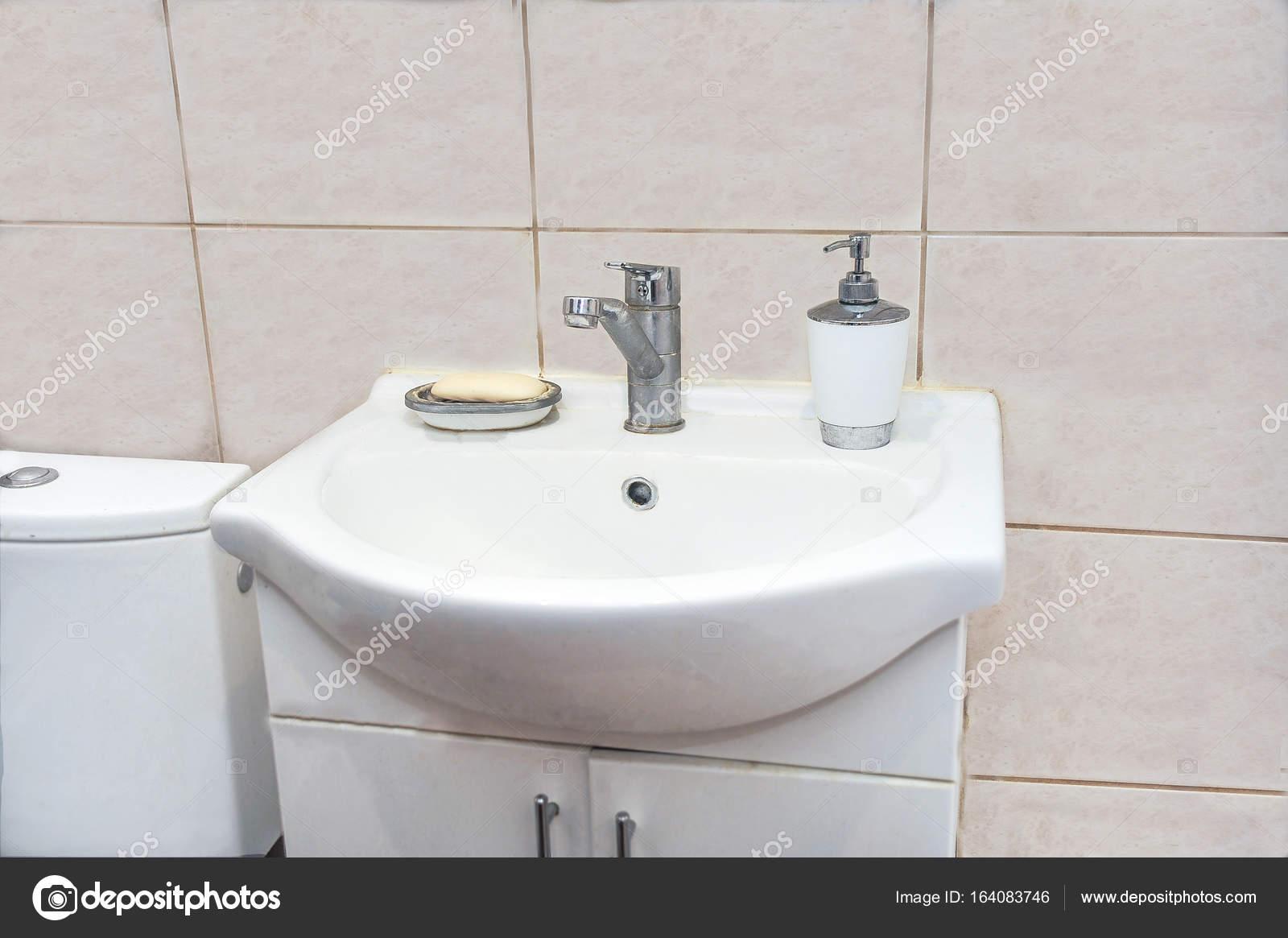 Wasbak met een kast u stockfoto vlakoh