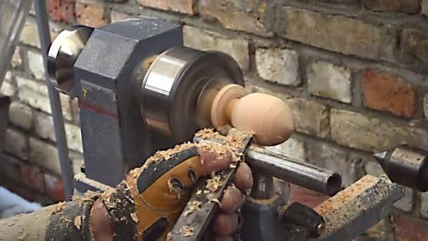 A turner teszi a gép szerszám a karácsonyi tojás elkészítése a fa üres további színezés.