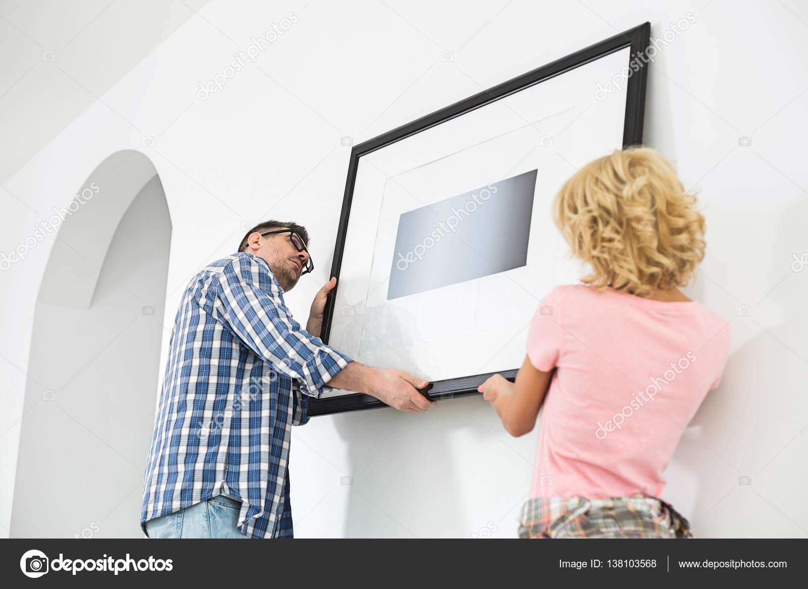 Paar Bilderrahmen aufhängen — Stockfoto © londondeposit #138103568
