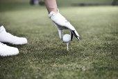 žena uvedení míč na golfové odpaliště
