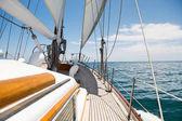 Jachtě plující v moři