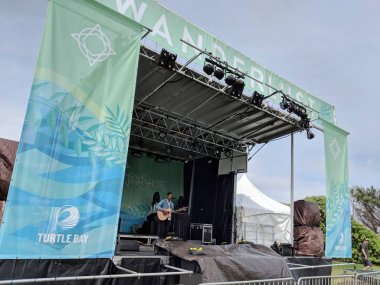 Thunderstorm Artis preforms on stage during day