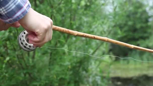 Rybář chytí ryba na starý rybářský prut