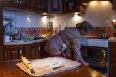 Fényképek A nő előkészíti pite