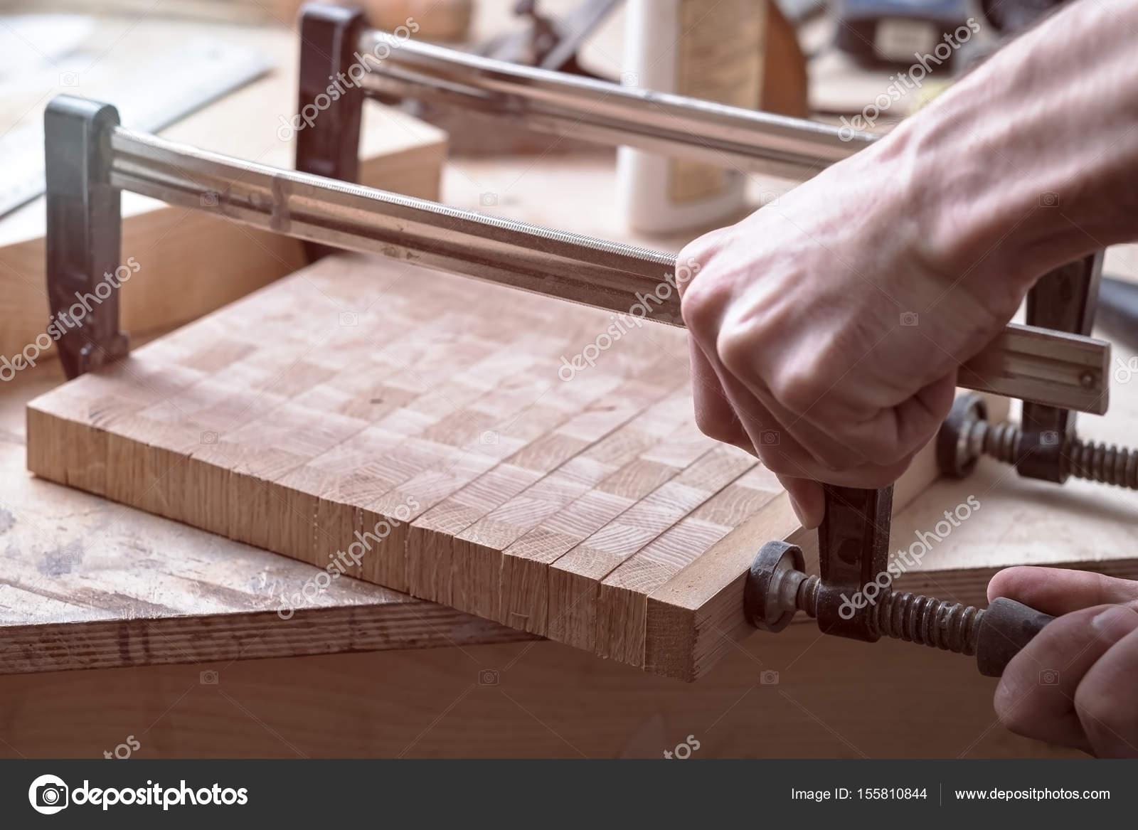 Joiner sujeta pinzas sobre una superficie de madera para for Mejor decapante para madera