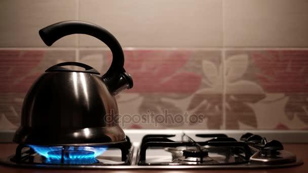 Metall-Kessel kochen mit Dampf aus Auslauf. Mann, heißes Wasser für ...