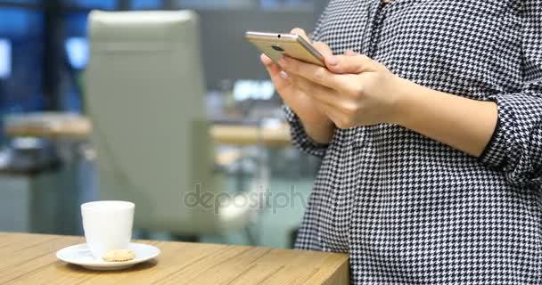 podnikání žena pomocí chytrý telefon