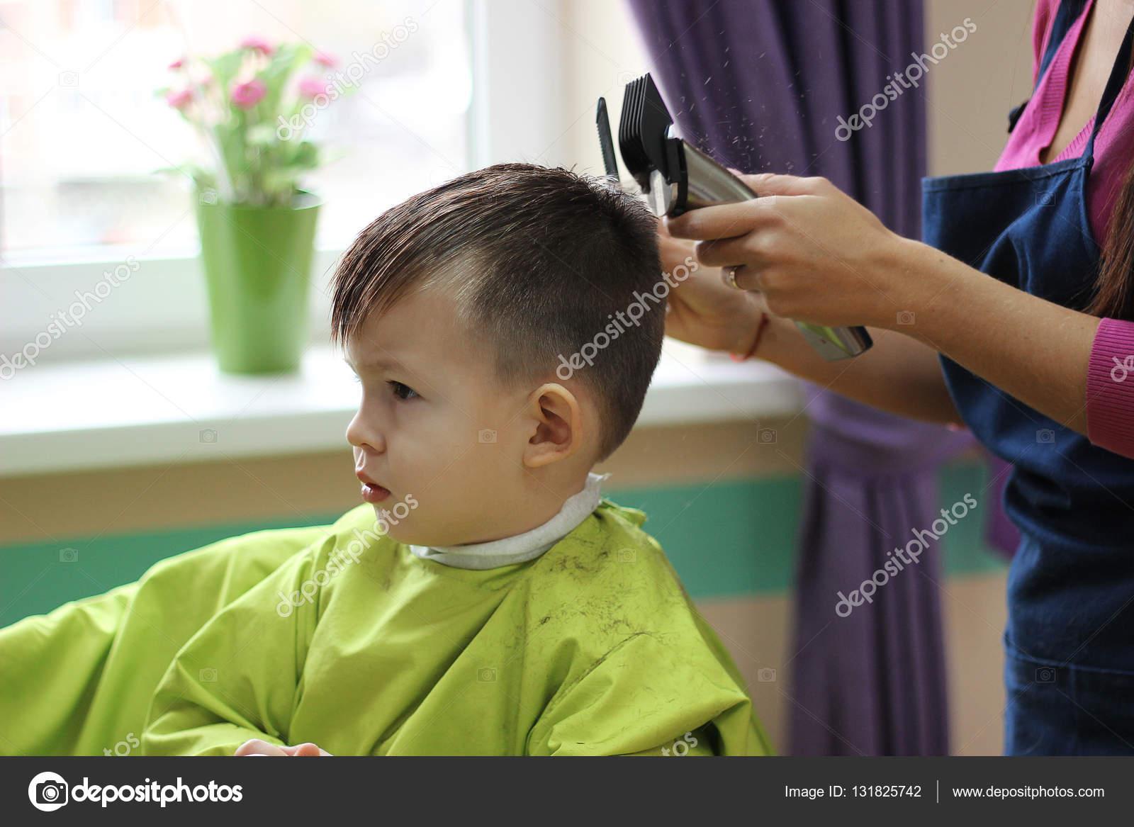 Coiffure coupe cheveux avec tondeuse isolé sur fond blanc \u2014 Image de