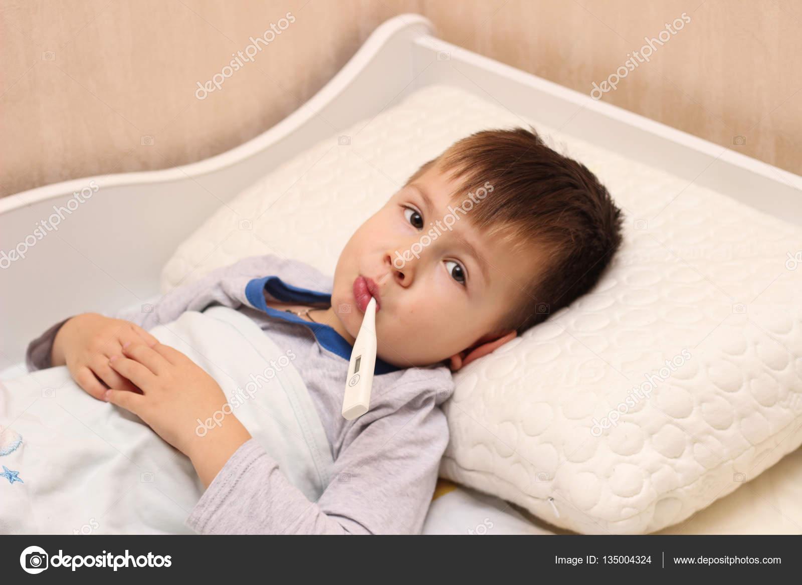 Niño Enfermo Acostado En La Cama Con Un Termómetro