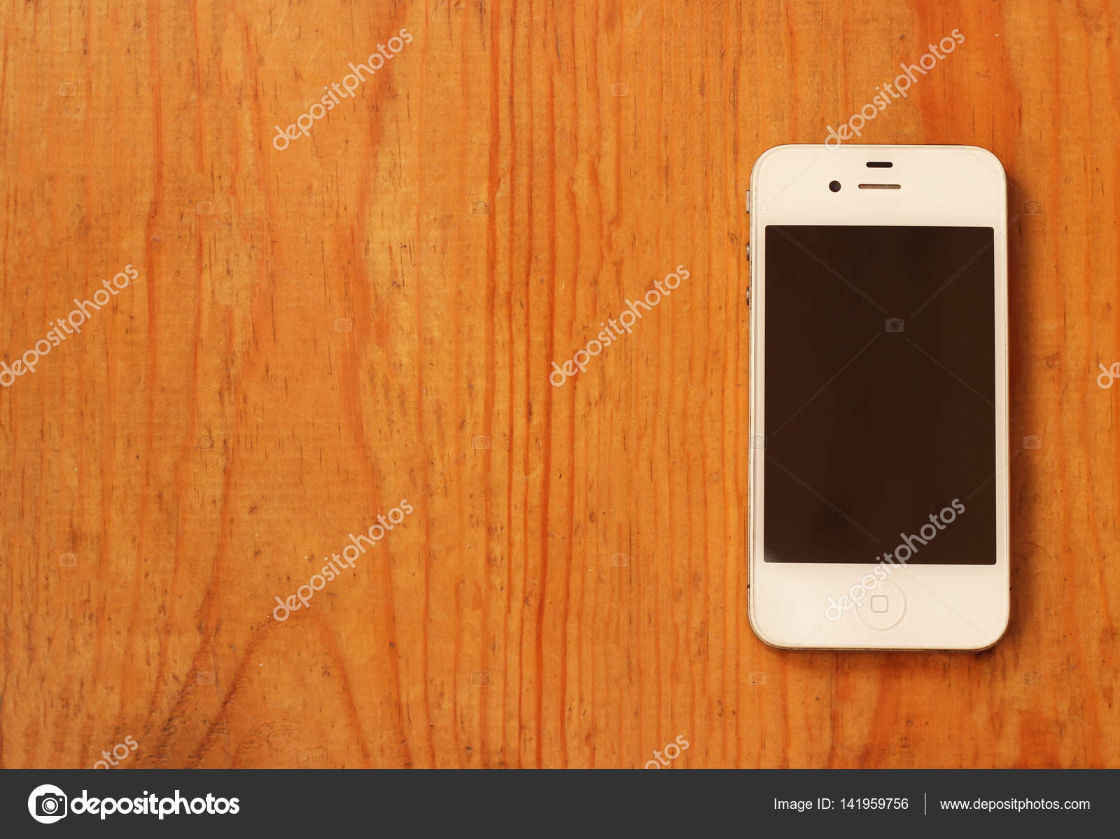 Smartphone Sulla Tavola Di Legno Su Sfondo Chiaro Foto Stock