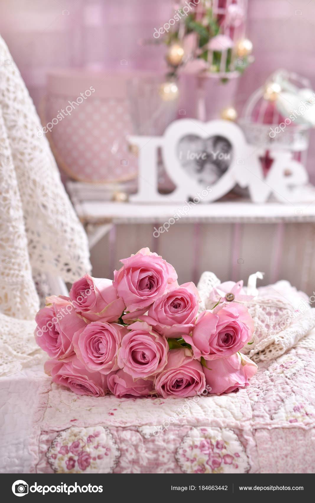 Bed Met Rozen.Stelletje Roze Rozen Op Het Bed Liggen Stockfoto C Teresaterra