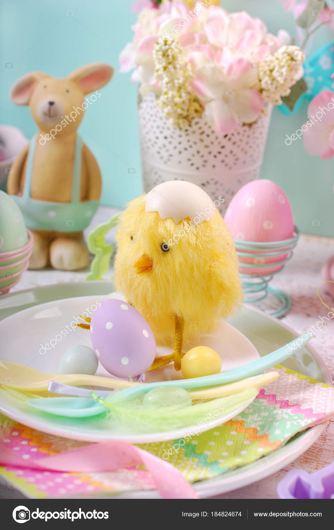 Ostern Tischdekoration Fur Kinder In Pastell Farben Stockfoto