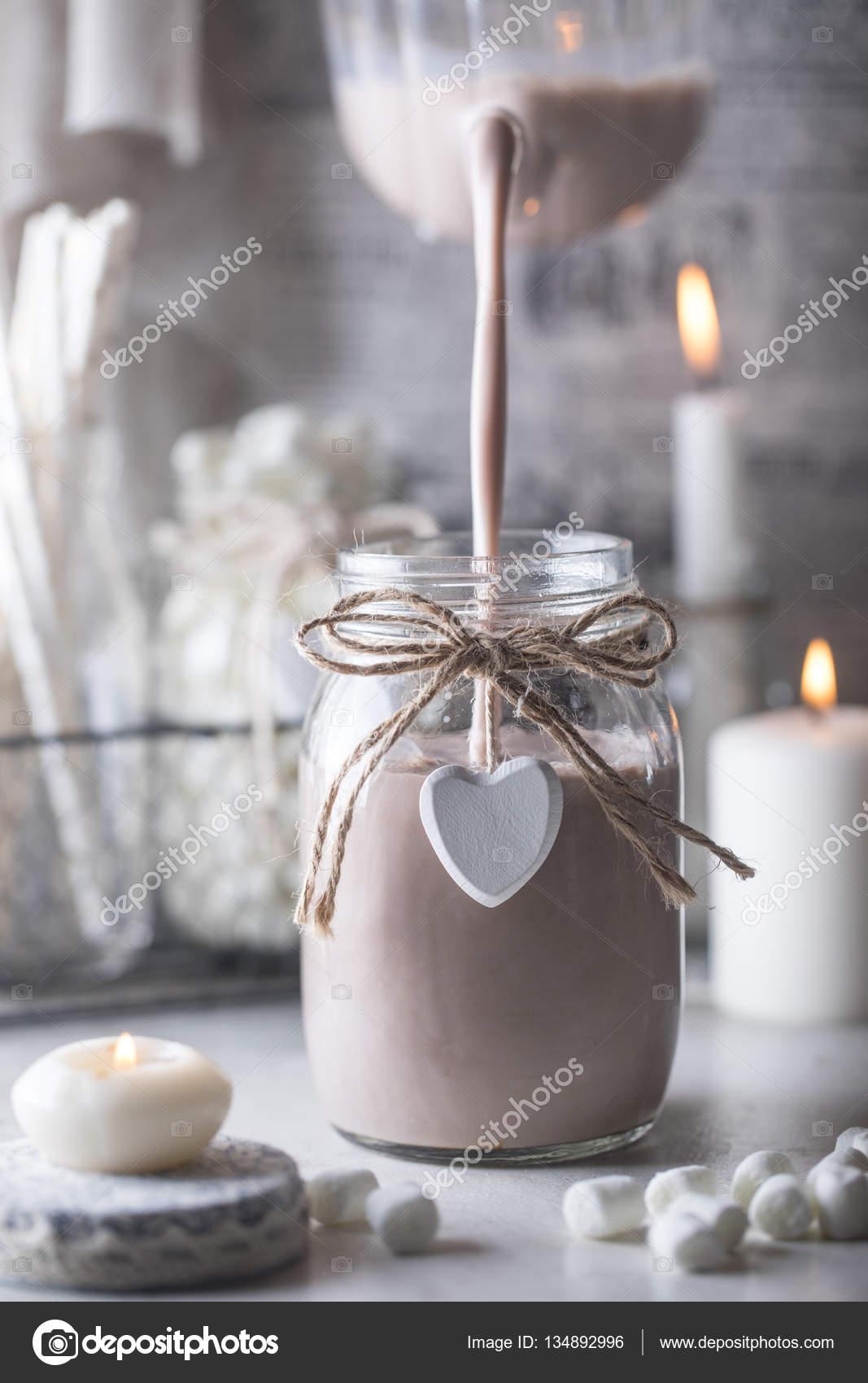 Verser Le Cacao En Pot De Verre Photographie Contrse C 134892996