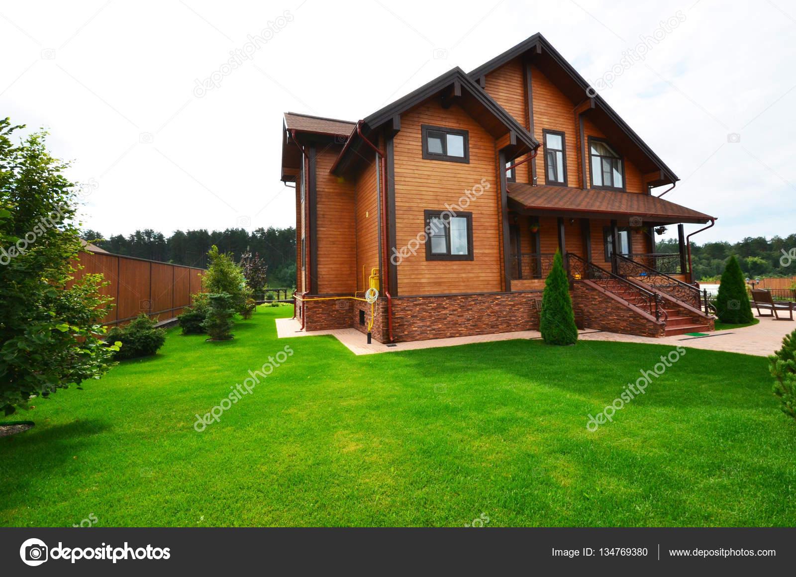 amnagement paysager sur le site dune maison de campagne maison en bois russiaa image de olgalanddis