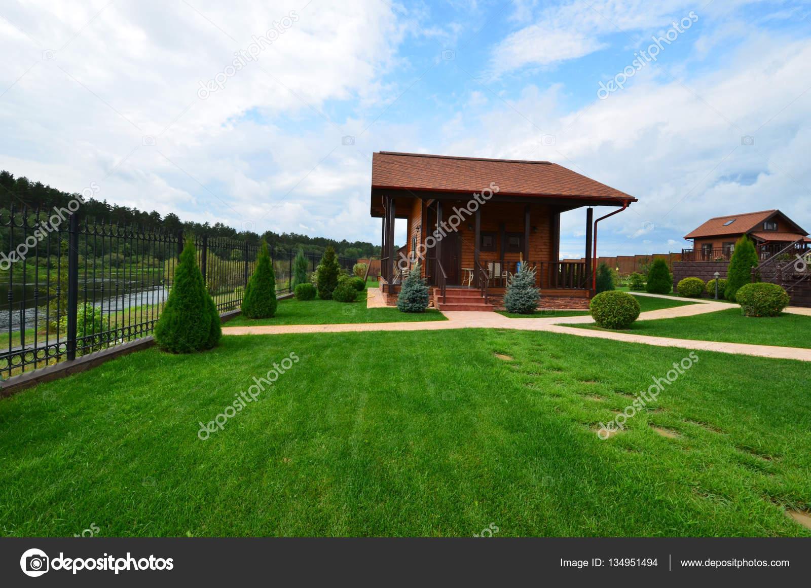 Diseño de paisaje en el sitio de una casa de campo. Russia.A madera ...