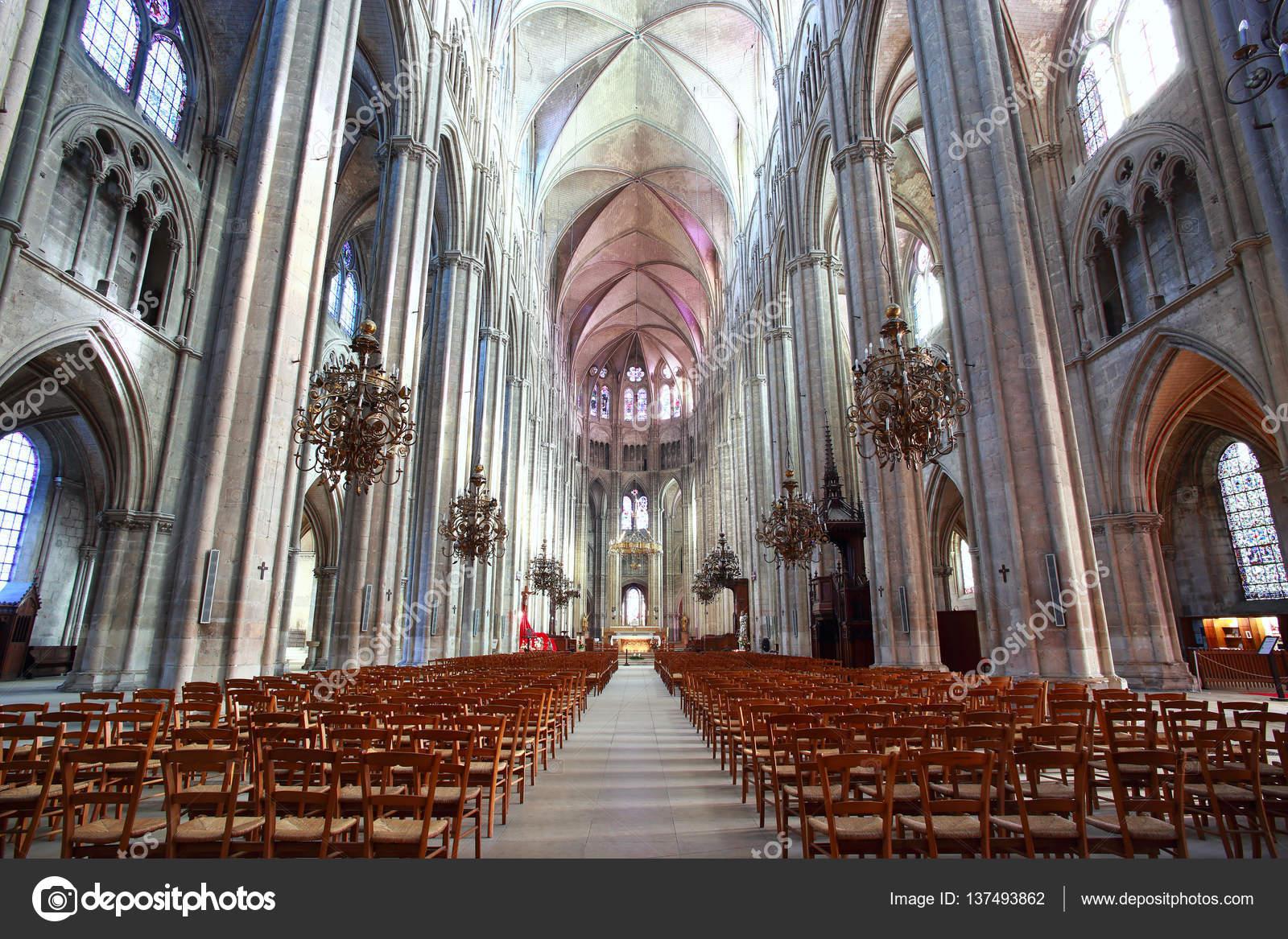 la belle nef de la cathédrale saint-etienne de bourges