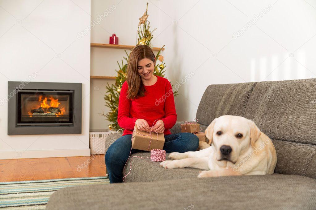 Frau Verpacken Geschenke für Weihnachten mit Hund — Stockfoto ...