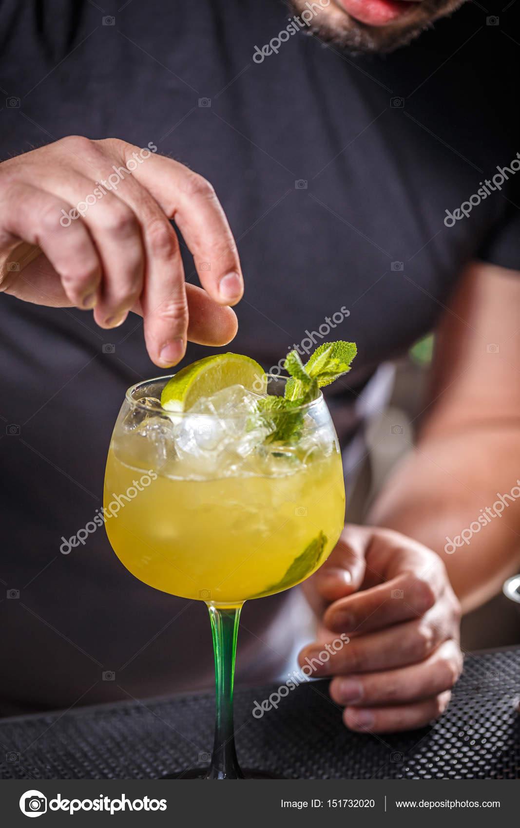 Barkeeper Putting Kalk In Glas, Ist Die Barkeeper Cocktail Dekoration U2014  Foto Von Grafvision