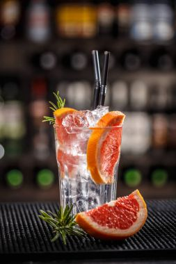 Alcoholic cocktail with grapefruit