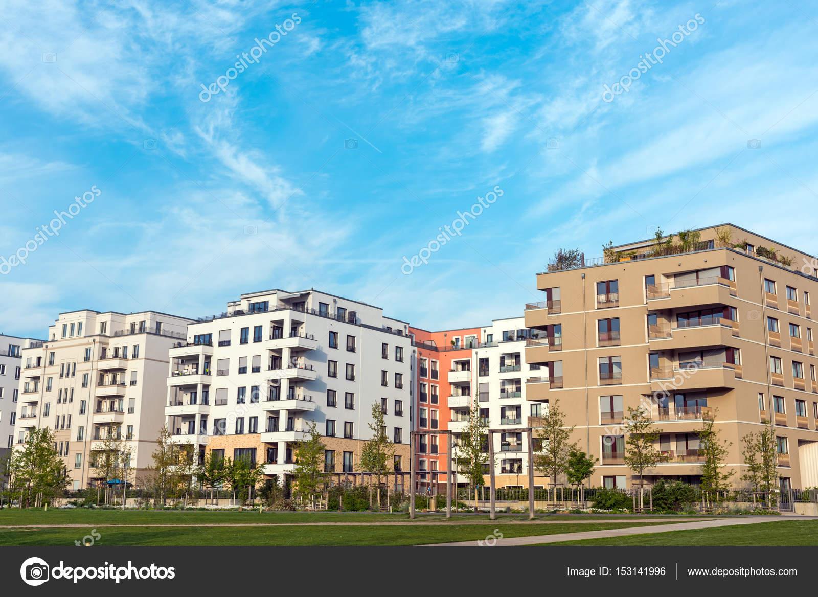 Neubaugebiet mit modernen Häusern — Stockfoto © elxeneize #153141996