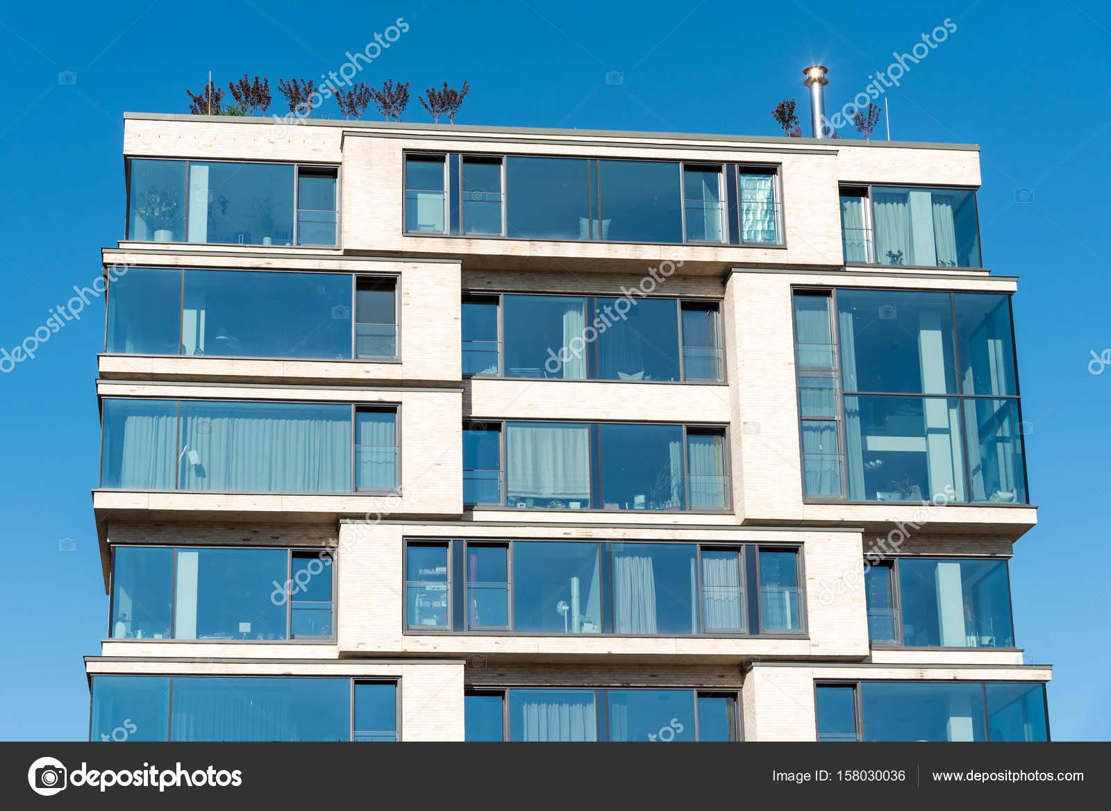 Modernes Appartement Haus Mit Viel Glas Stockfoto C Elxeneize