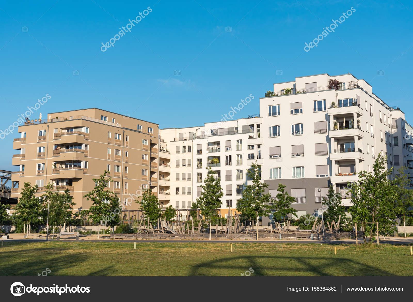 Neubaugebiet mit modernen Häusern — Stockfoto © elxeneize #158364862