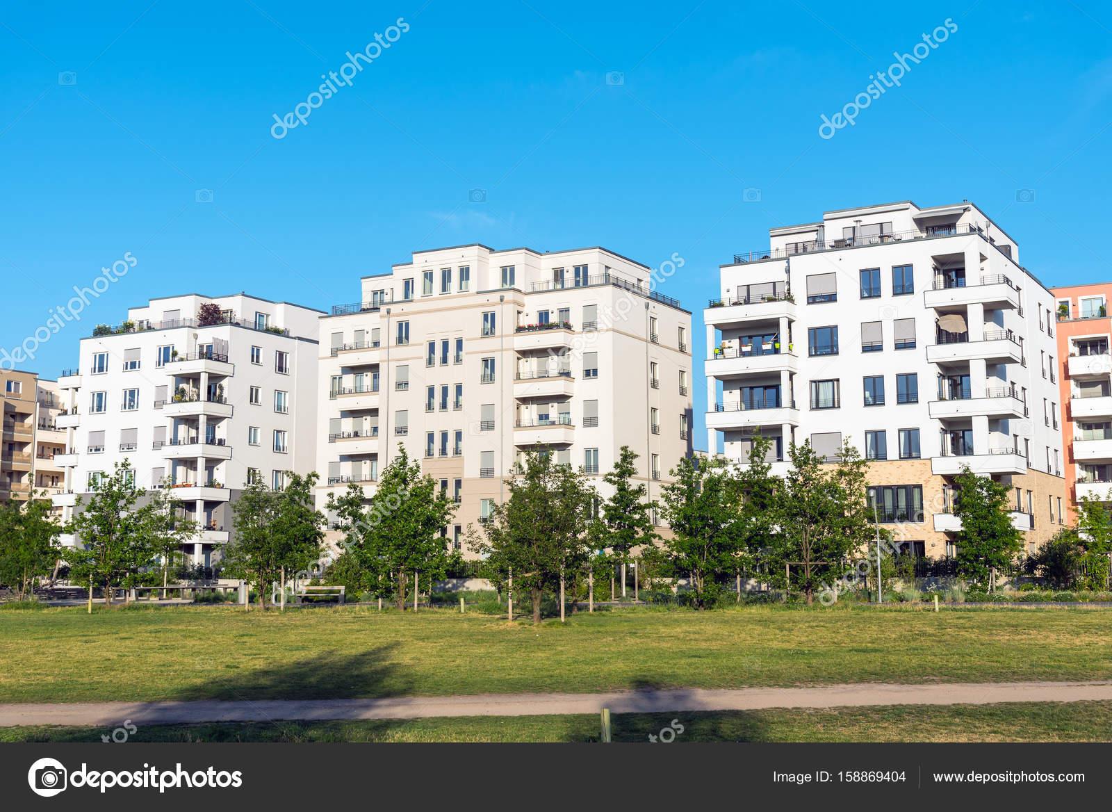 Geräumig Moderne Mehrfamilienhäuser Referenz Von Mehrfamilienhäuser In Berlin — Stockfoto