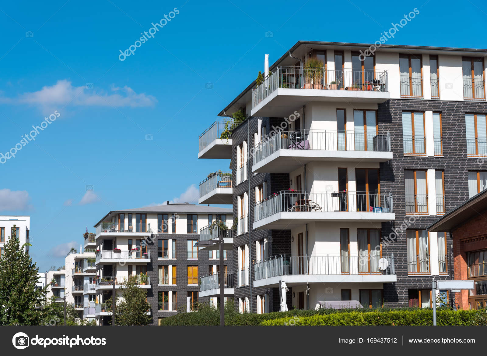 Foto Case Grigie : Nuove case grigie di appartamento a berlino u foto stock