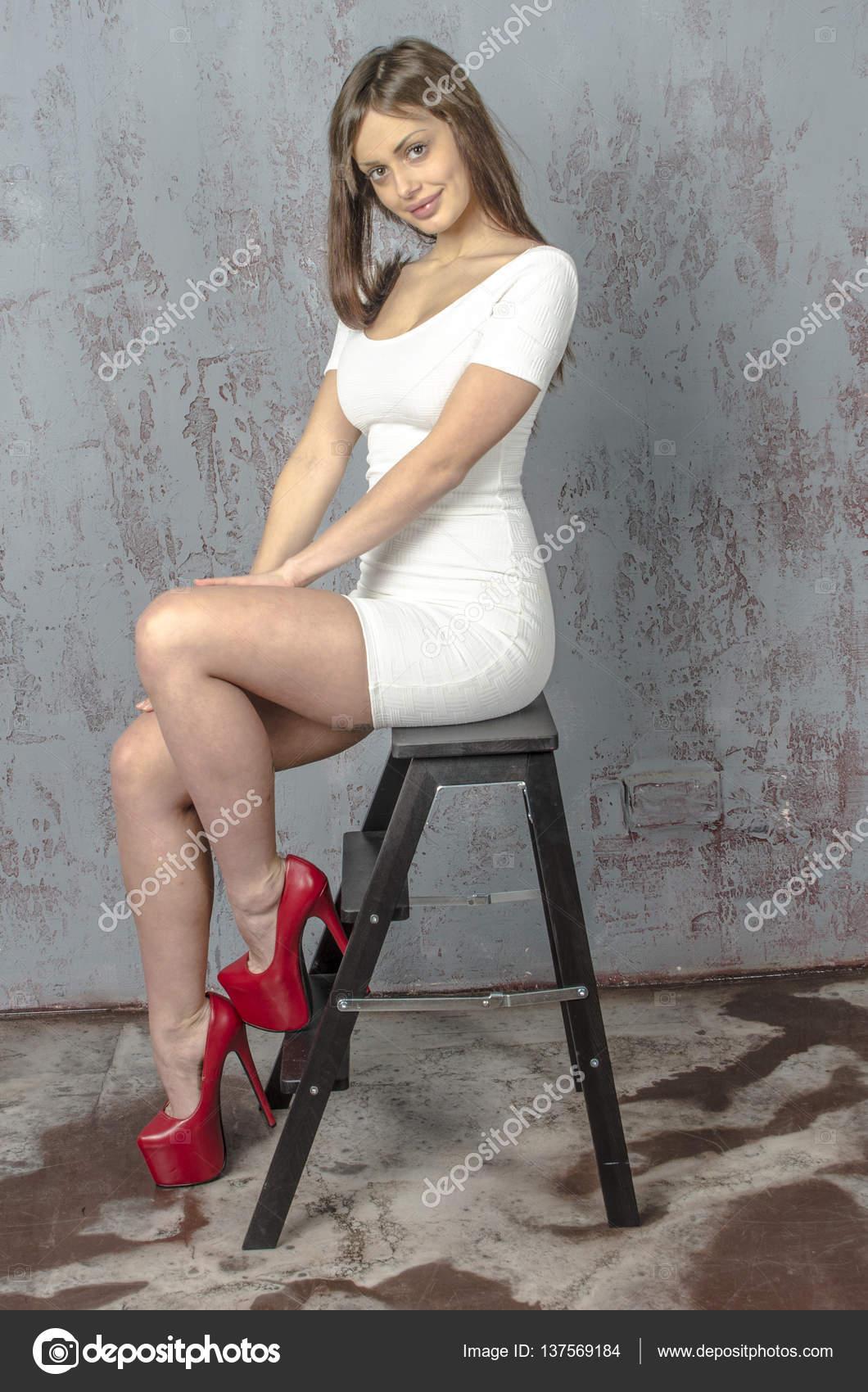 453df2fe0 Chica joven con una figura hermosa en un vestido blanco de moda en ...