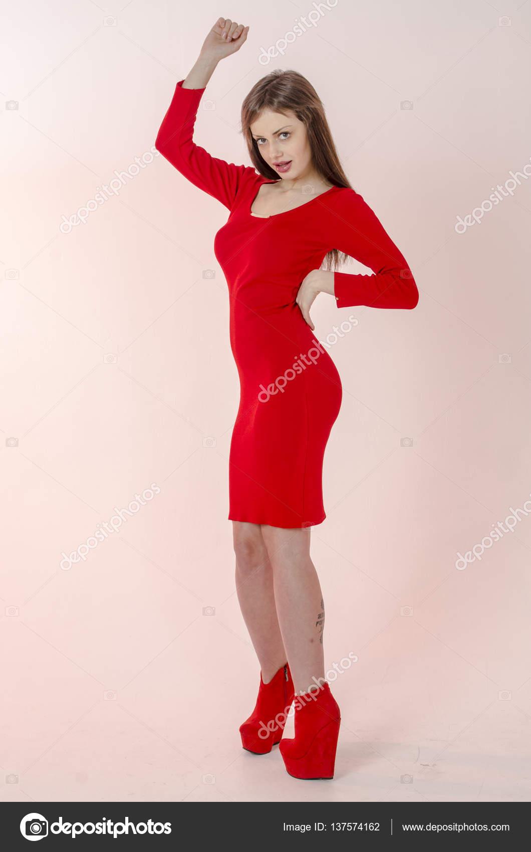 Chica joven con una figura hermosa en un vestido rojo de moda en ...