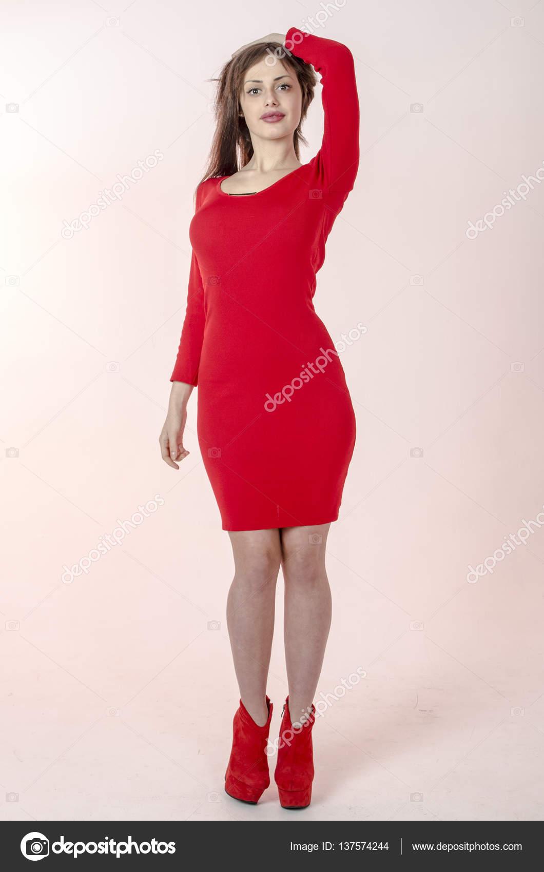 bf54d532f3fcbd Jong meisje met een mooi figuur in een trendy rode jurk in nauwsluitende  minirok en rode hoge hakken en platform gekleed voor een partij — Foto van  rogkoff