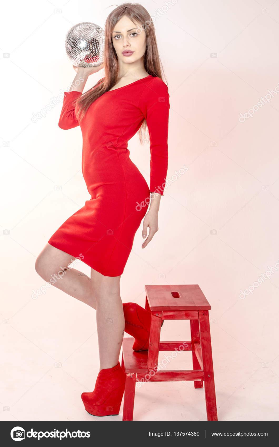 Jeune une une belle rouge une moulante hauts jupe dans robe plate soirée en et et une pour forme fille rouges talons figure tendance habillée avec avec mini rFxrIY
