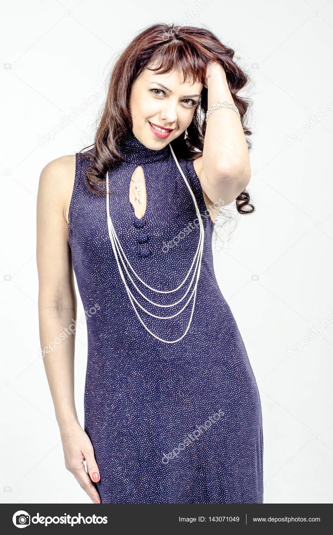 Hermosa mujer rubia en un vestido de Cóctel largo azul oscuro con ...