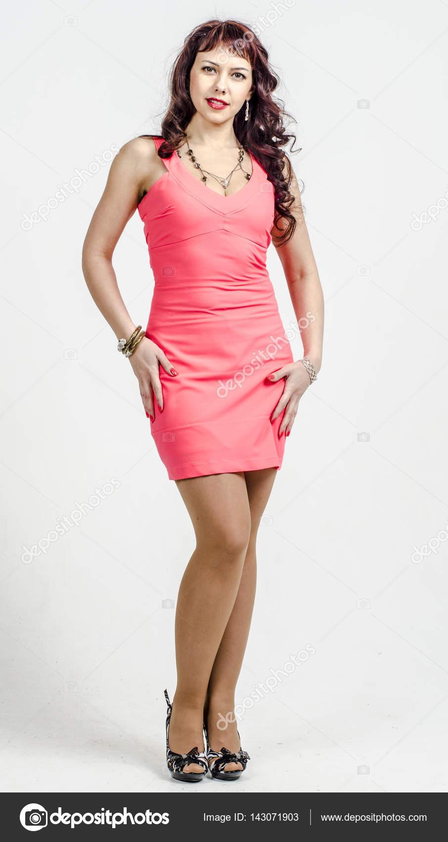 Hermosa mujer rubia en un vestido de Cóctel rosa — Foto de stock ...