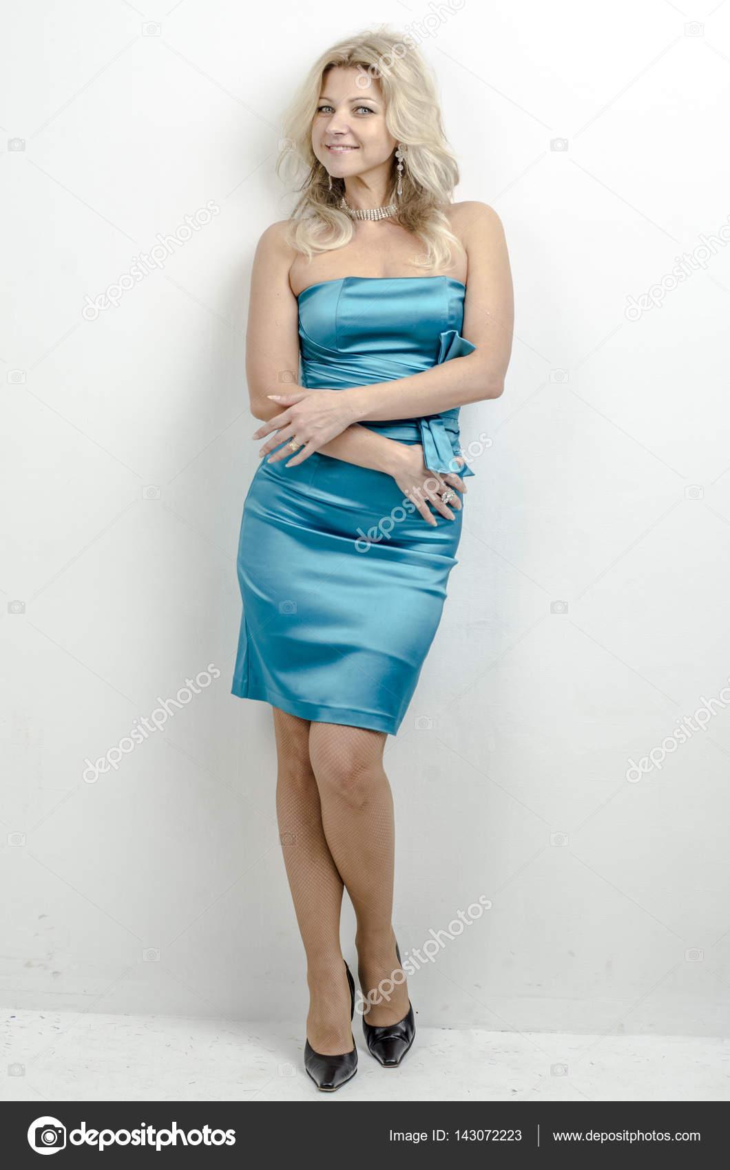 Blauwe Cocktailjurk.Mooie Blonde Vrouw In Een Blauwe Cocktailjurk Stockfoto C Rogkoff