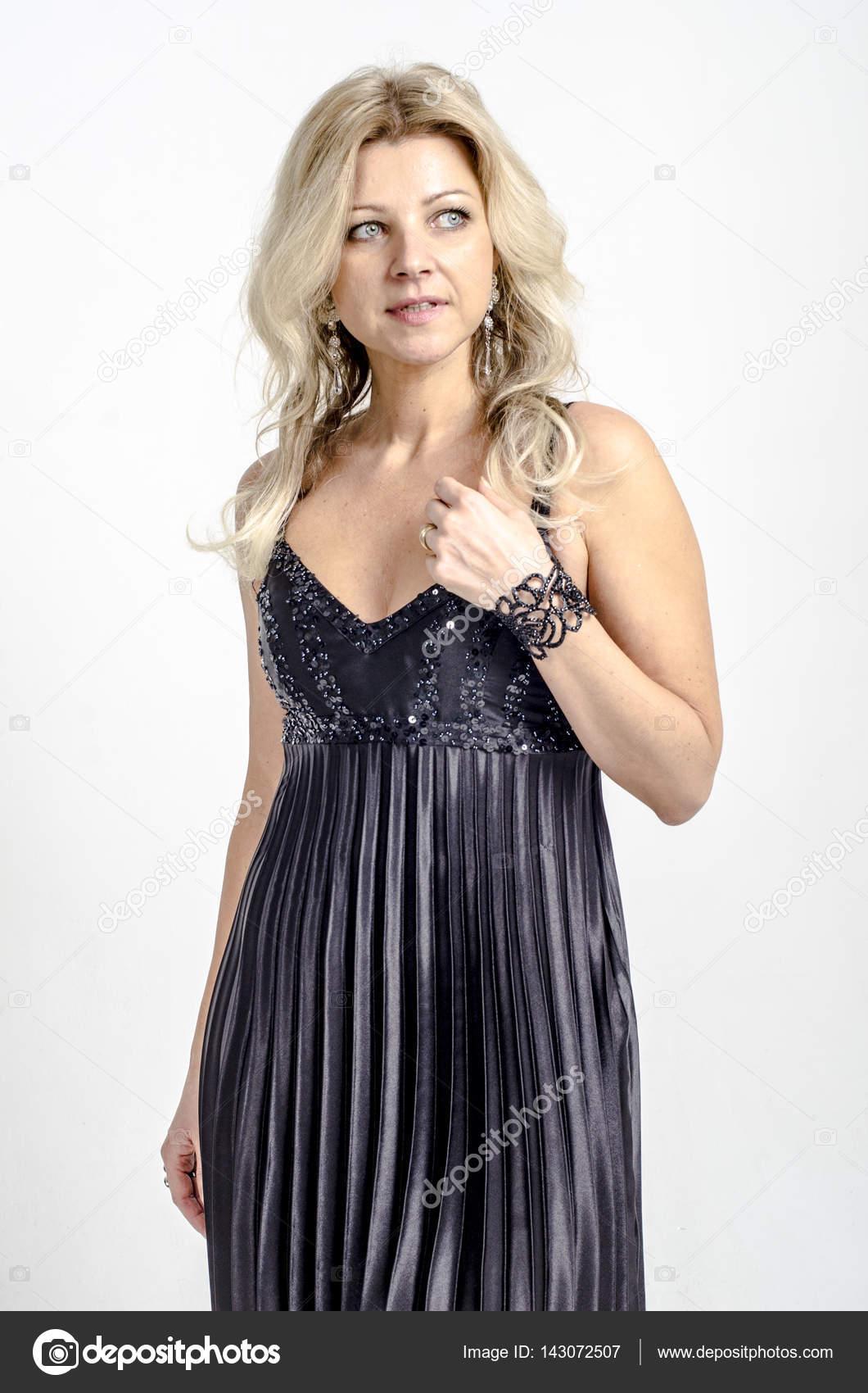 aa0ff9ee287 Belle femme blonde dans une robe de cocktail noire– images de stock libres  de droits