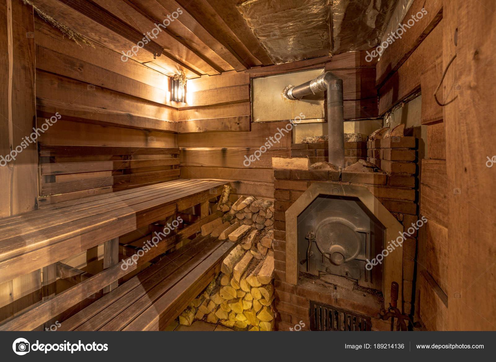 Casetta Legno Stile Russo Con Una Stufa Cacciatori Foto Stock