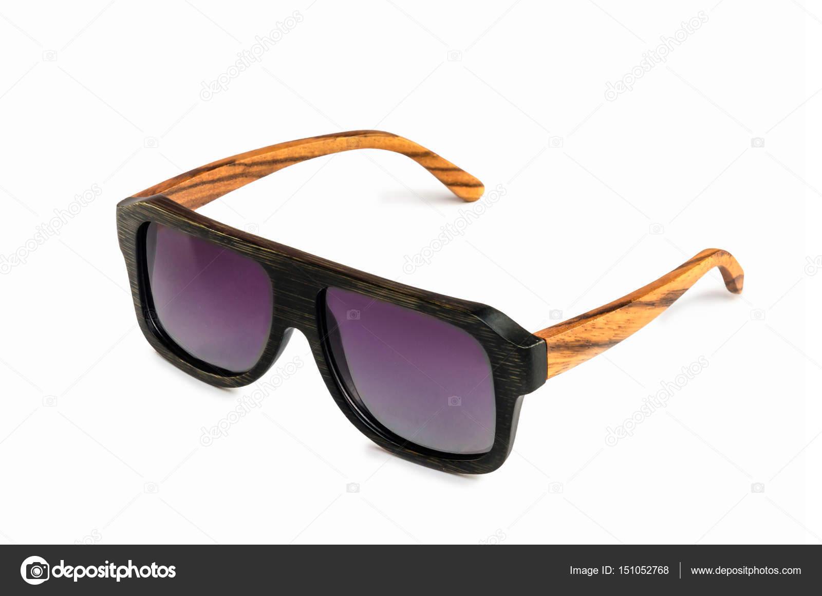9ccf6e5e27 Gafas de sol solar bambú (madera) aislados en fondo blanco con sombra —  Foto de ...