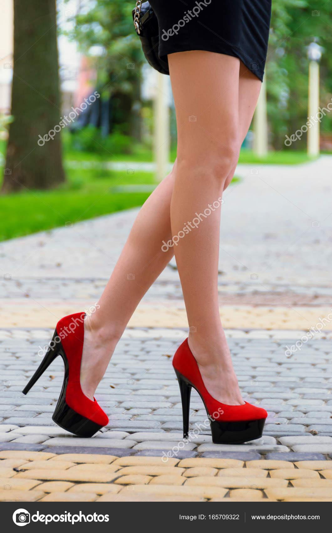 Piedini Rosse A Sono Lunghi Snelli Calzati In Femminili Tacco Scarpe 4q4wCRg