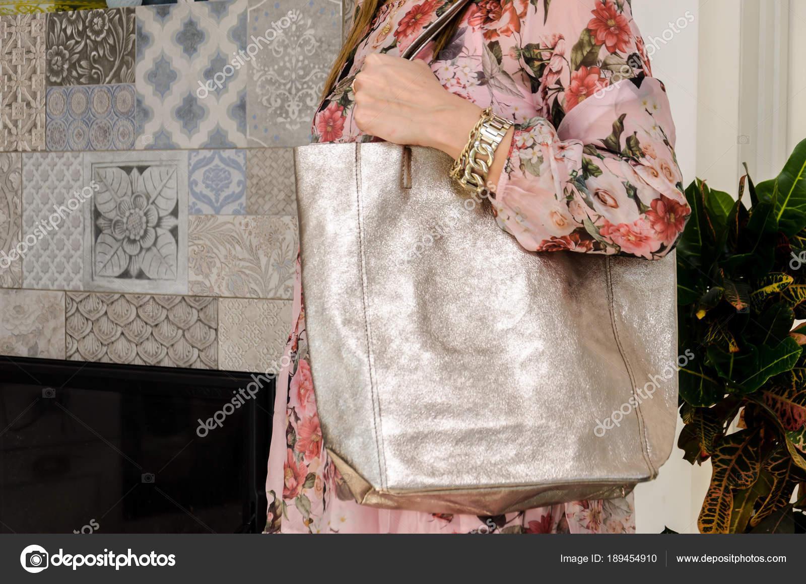 02b6f90d1 Mujer en su hombro con una bolsa grande espacioso moda nacarado — Foto de  Stock