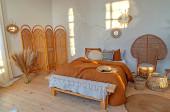 Gyönyörű hangulatos hálószoba rattan bútorokkal, mediterrán sziget stílusban